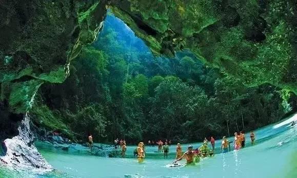 綠 寶 石 洞 穴 。