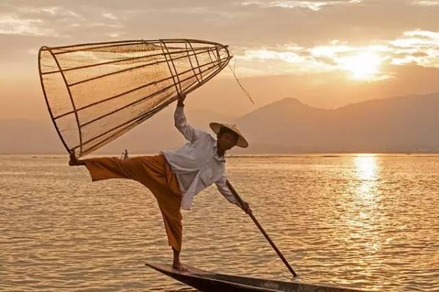 單 腳 駕 船 捕 魚 的 船 夫 。