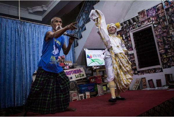 盧 茂 和 姐 妹 Daw Ma Taik Kyi 在 曼 德 勒 的 家 中 表 演 。