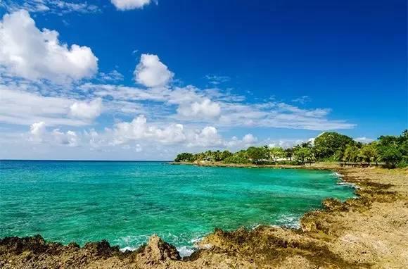 加 勒 比 海 不 只 有 海 盜 , 還 有 令 人 心 曠 神 怡 的 海 灘 。