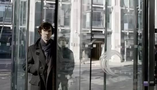好 奇 的 人 也 可 以 在 《 福 爾 摩 斯 》劇 中 一 睹 4 2 號 大 廈 的 風 采 。
