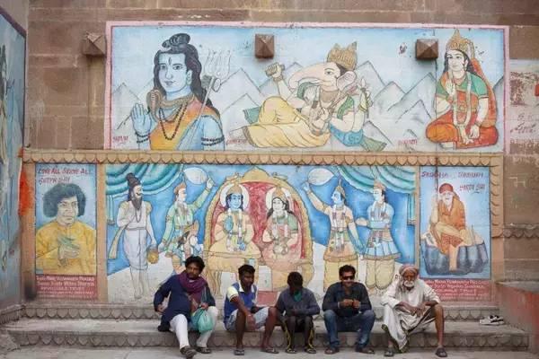 聖 城 瓦 納 拉 西 的 牆 上 , 從 不 缺 少 顏 色 。