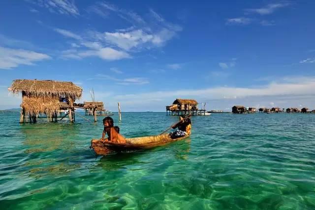 泰國私藏海島 就 這 樣 滑 著 竹 編 獨 木 舟 , 漂 泊 在 湛 藍 海 水 中
