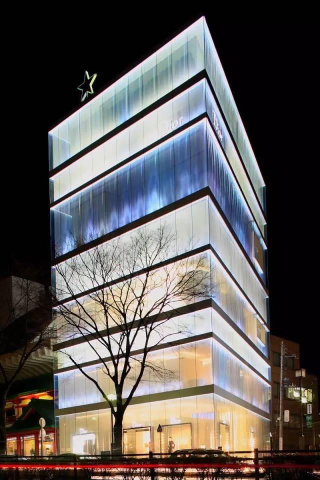 日本著名建築家妹島和世與西沢立衛的作品。