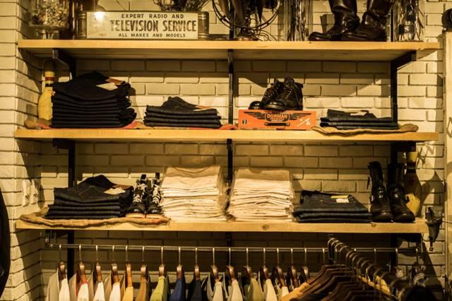 這 裡 販 售 著 各 種 美 式 休 閒 服 飾 。