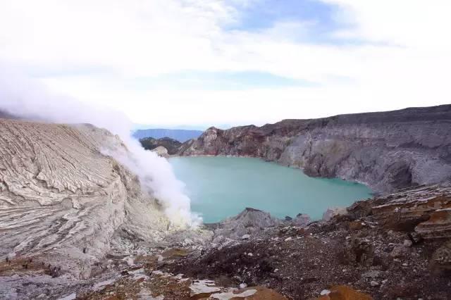 全 世 界 最 大 的 火 山 湖 。