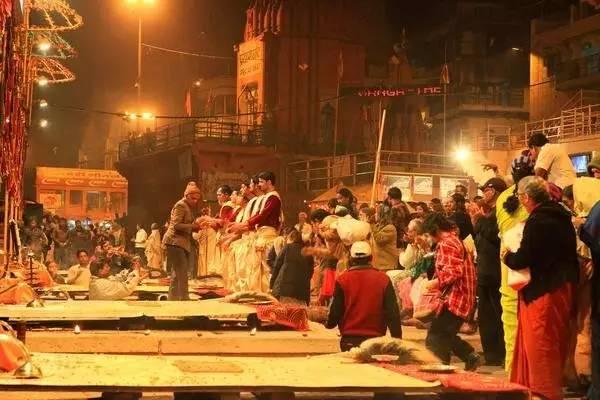 印 度 恒 河 祭 祀 大 典 。