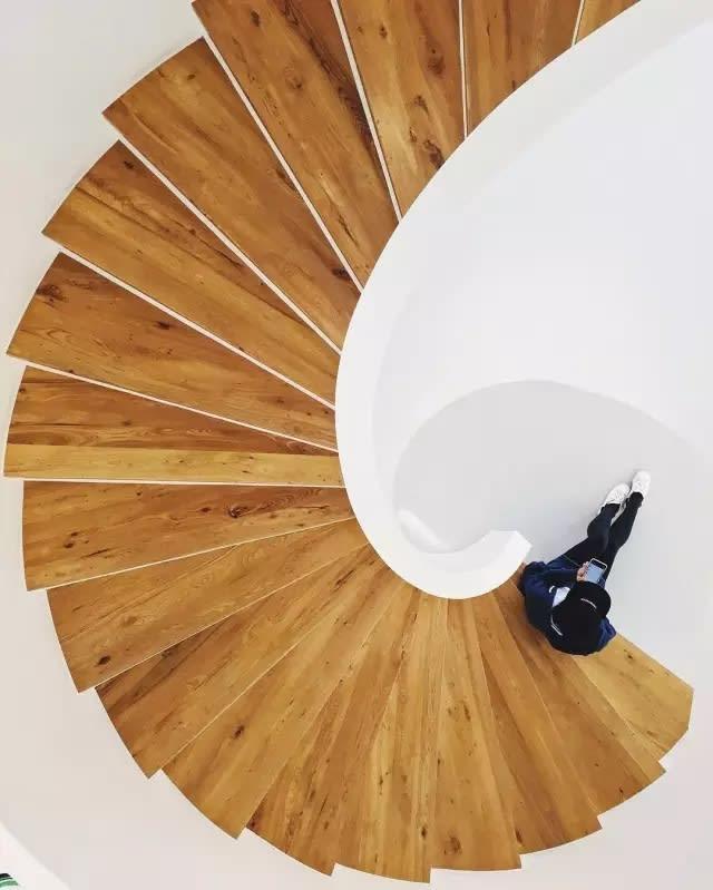 木 質 地 板 與 純 白 牆 壁 的 完 美 結 合 , 塑 造 幾 何 美 學
