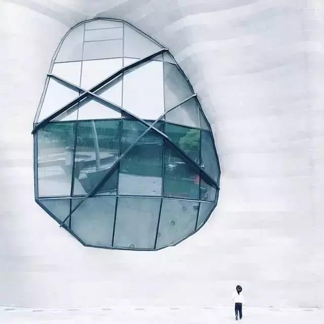 規 則 形 狀 的 窗 戶 , 帶 給 人 們 希 望 ; 不 規 則 形 狀 的 窗 戶 , 帶 給 人 的 美 感 。