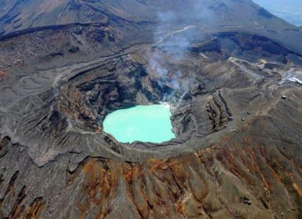熊 本 活 火 山:阿 蘇 山 。