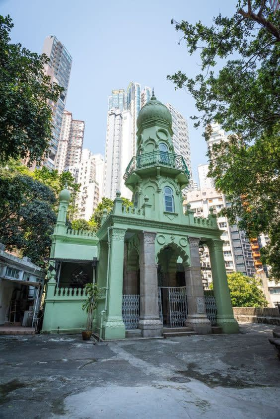 有 別 於 周 遭 建 築 , 清 真 寺 看 起 來 格 外 醒 目 。