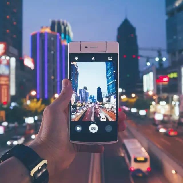 對 Raykoo 來 說 , 喜 歡 上 手 機 攝 影 是 因 為 對 旅 行 的 嚮 往 , 進 而 迷 戀 上 了 攝 影 。