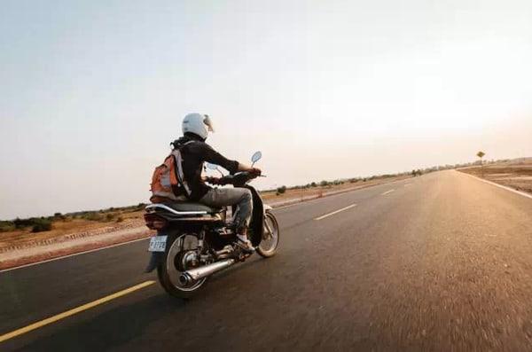 騎 著 摩 托 車 , 去 旅 行