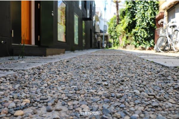 頗 具 特 色 的 石 板 路 。