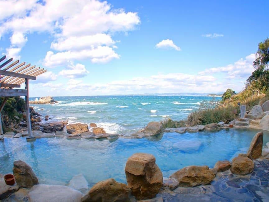 看 著 太 平 洋 泡 溫 泉 , 多 麼 愜 意 。