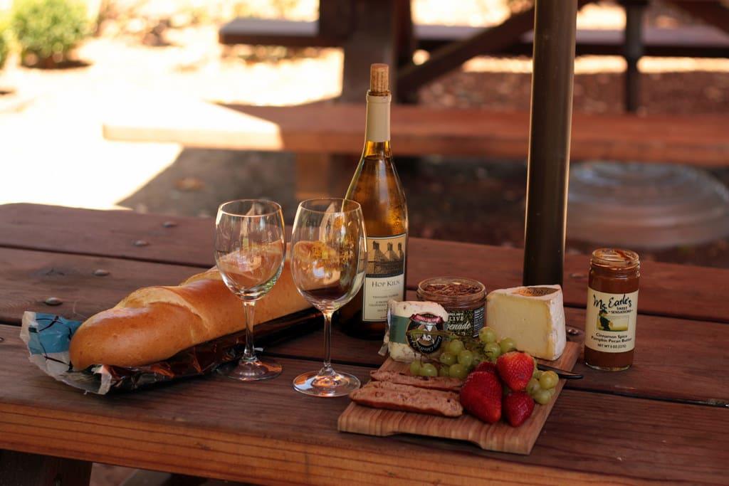 葡 萄 酒 、 法 國 長 棍 麵 包 、 藍 起 司 PHOTO | flickr CC editor Sean Freese