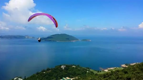 滑 翔 傘 。