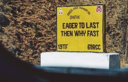 不 丹 路 上 的 路 牌 。