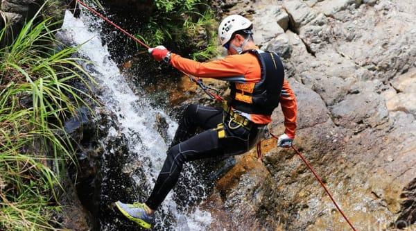Running man般的極限運動 在 急 流 間 溯 溪 , 體 驗 刺 激 快 感 。
