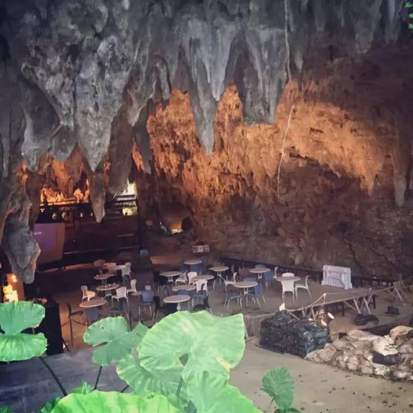 在 山 洞 裡 喝 咖 啡 , 冷 風 從 背 後 涼 涼 吹 來