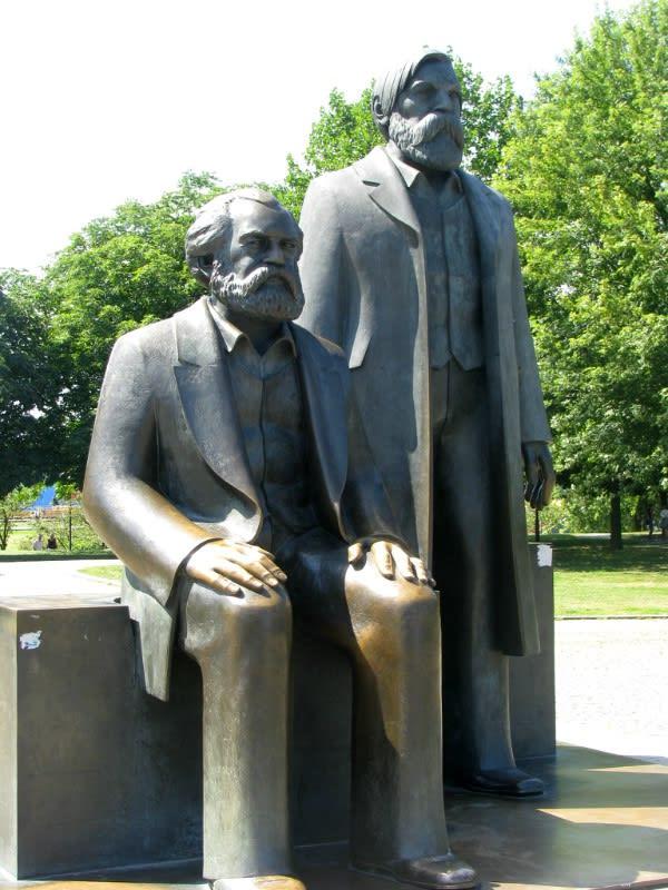 馬 克 思 雕 像 。