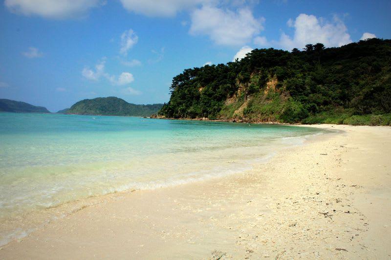 清 澈 湛 藍 的 艾 達 海 灘