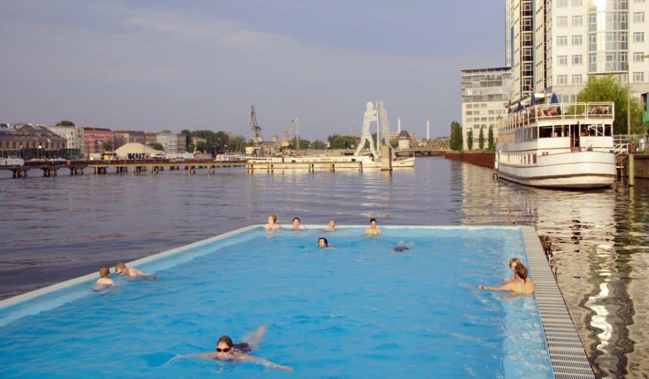 在 這 裡 游 泳 其 實 會 被 船 上 的 人 看 光 光 , 但 是 在 歐 洲 , 大 家 都 很 開 放( 圖 片 來 源 : http://goo.gl/scLlQV )
