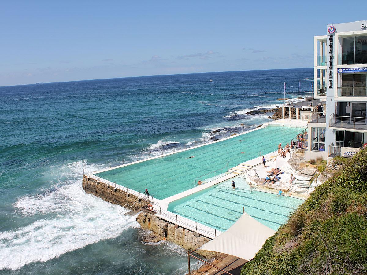 天 然 海 水 游 泳 池 , 不 用 人 工 灌 水 , 海 洋 自 然 補 充 Bondi Icebergs Club
