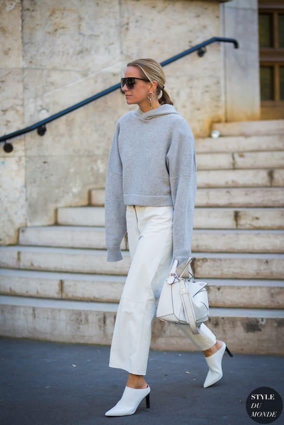 帽 T 也 可 以 搭 配 Muller 鞋 , 降 低 休 閒 味 。 圖 片 來 源: style du monde。