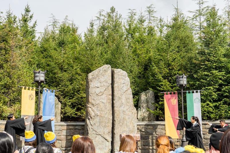 大阪環球影城哈利波特,他們正在愚公移...沒有啦他們在用魔法,要把森林跟石頭移走(還真的移走了特效很強)!