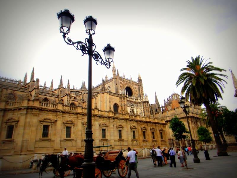 塞維亞大教堂Catedral de Sevilla前常看到遊客乘馬車巡禮 Pic/Facebook: TraveLinArt2017