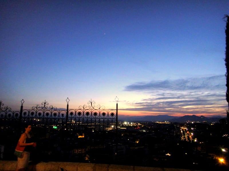 夕陽西下,西班牙南部像一盞神燈亮起了奇異的光芒,讓人搞不清楚究竟置身在哪裡是現實亦是夢境。Pic/Facebook: TraveLinArt2017