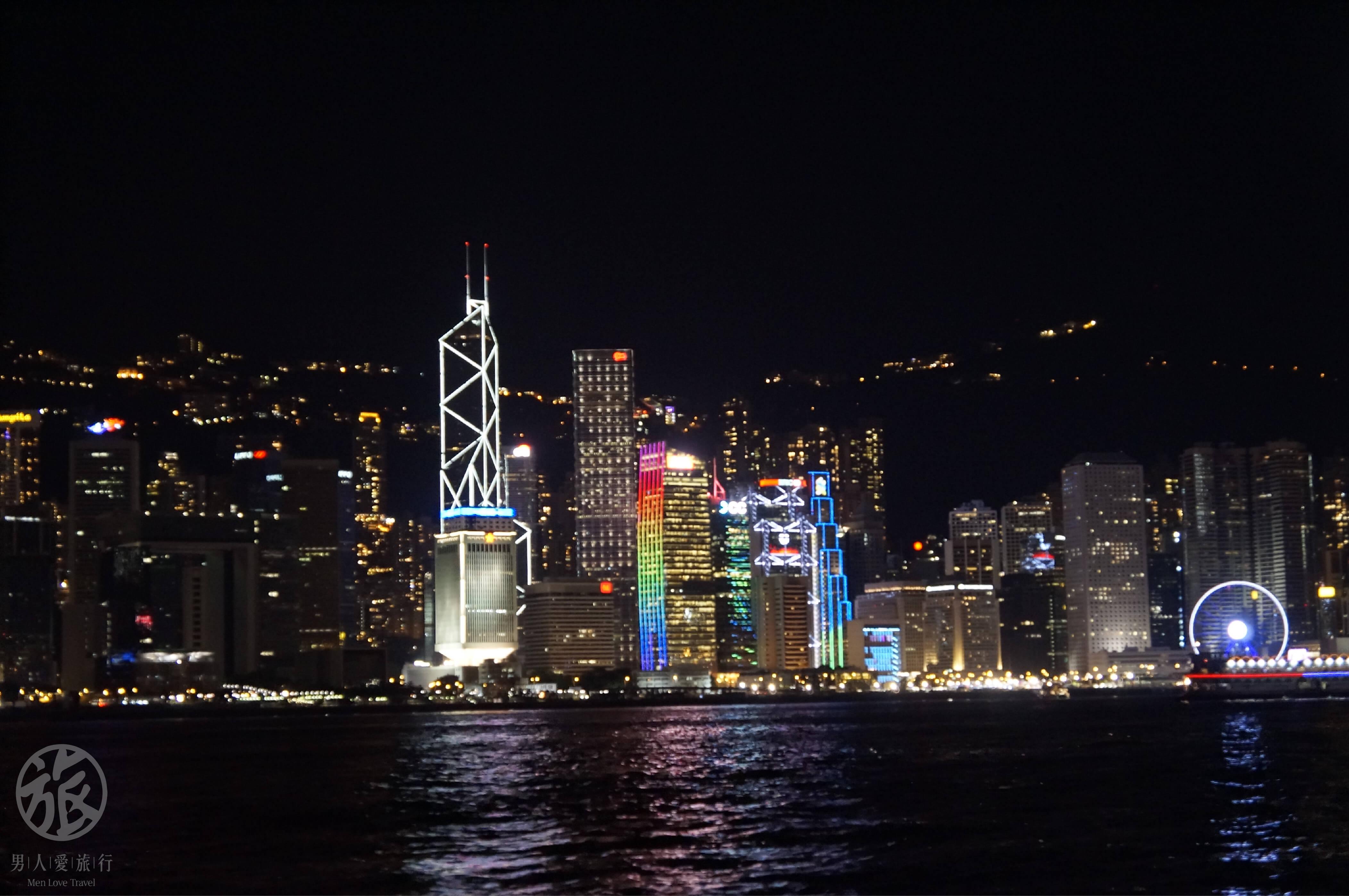 華 燈 點 亮 了 香 港 的 夜 、 從 海 上 看 將 是 不 一 樣 的 香 港