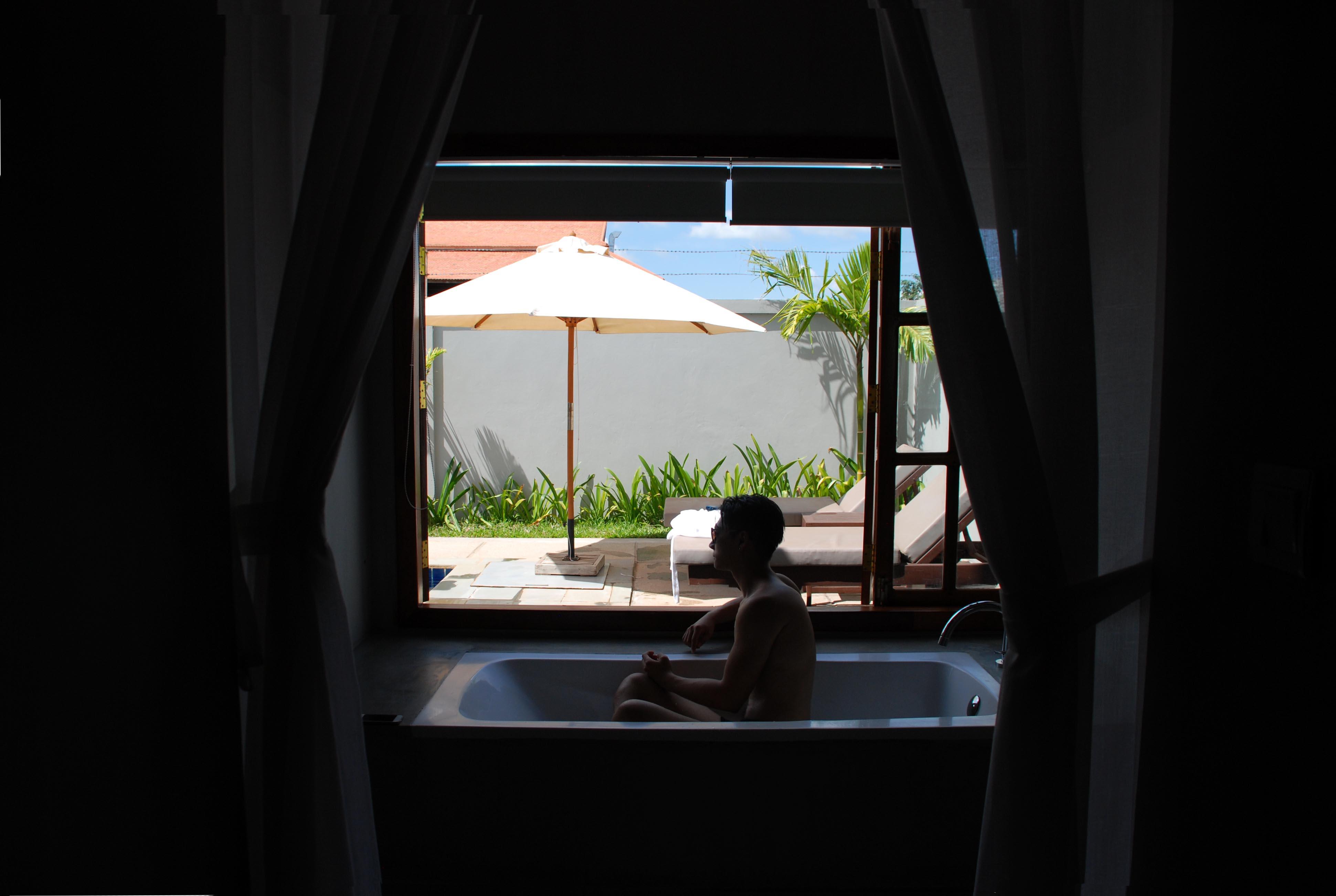 房內的浴室空間非常大,浴缸旁有大窗可看到私人泳池 (Photographer: Ran)