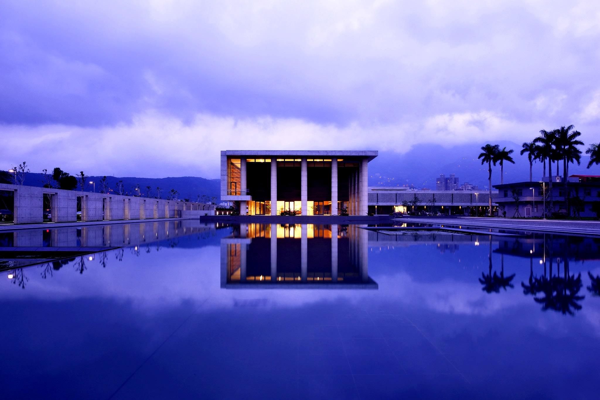 後方大殿與水月池相互輝映,此等美景令人流連忘返。