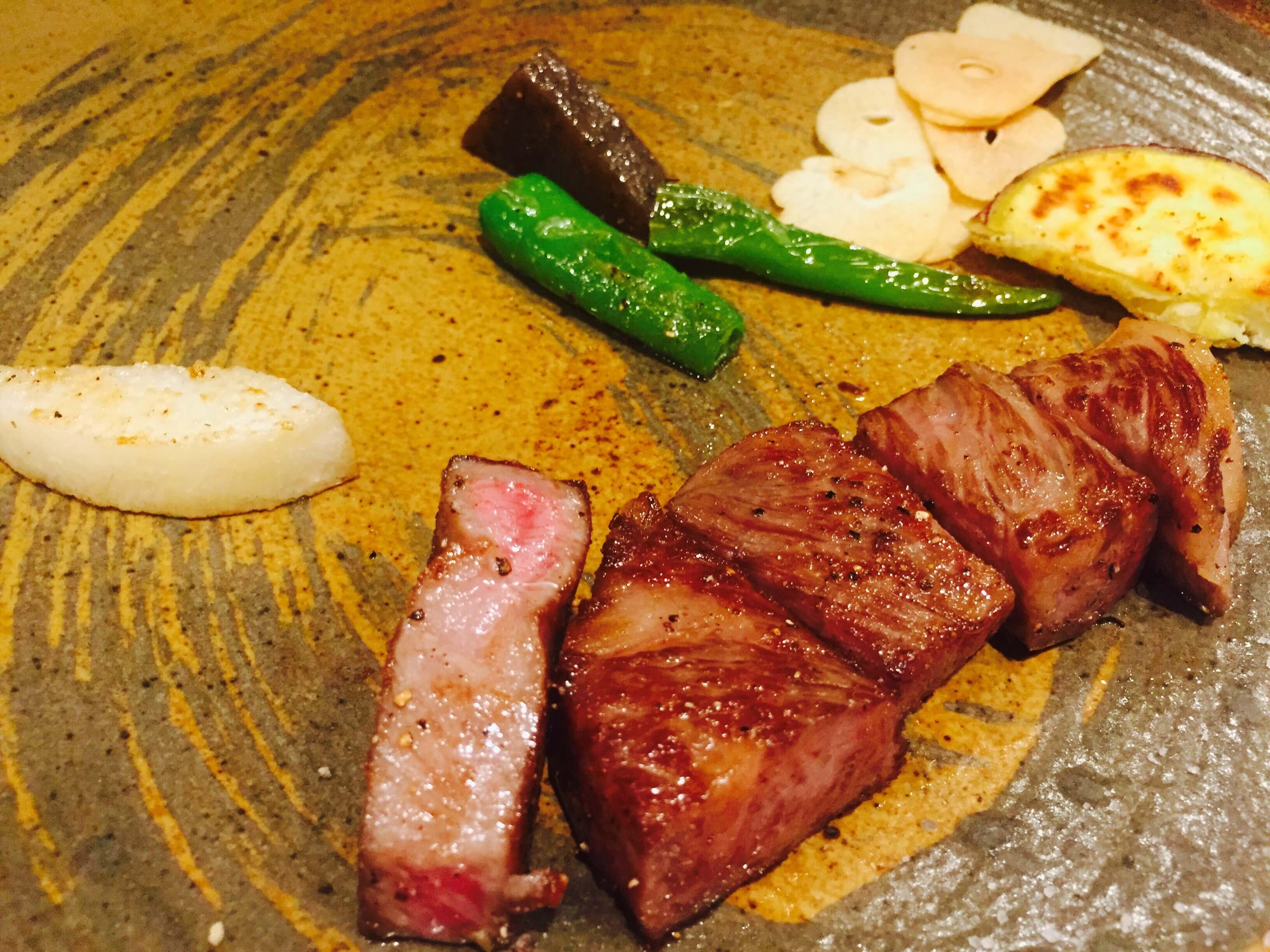 只 用 鐵 板 煎 烤 , 讓 牛 肉 的 滋 味 能 夠 存 留 在 口中
