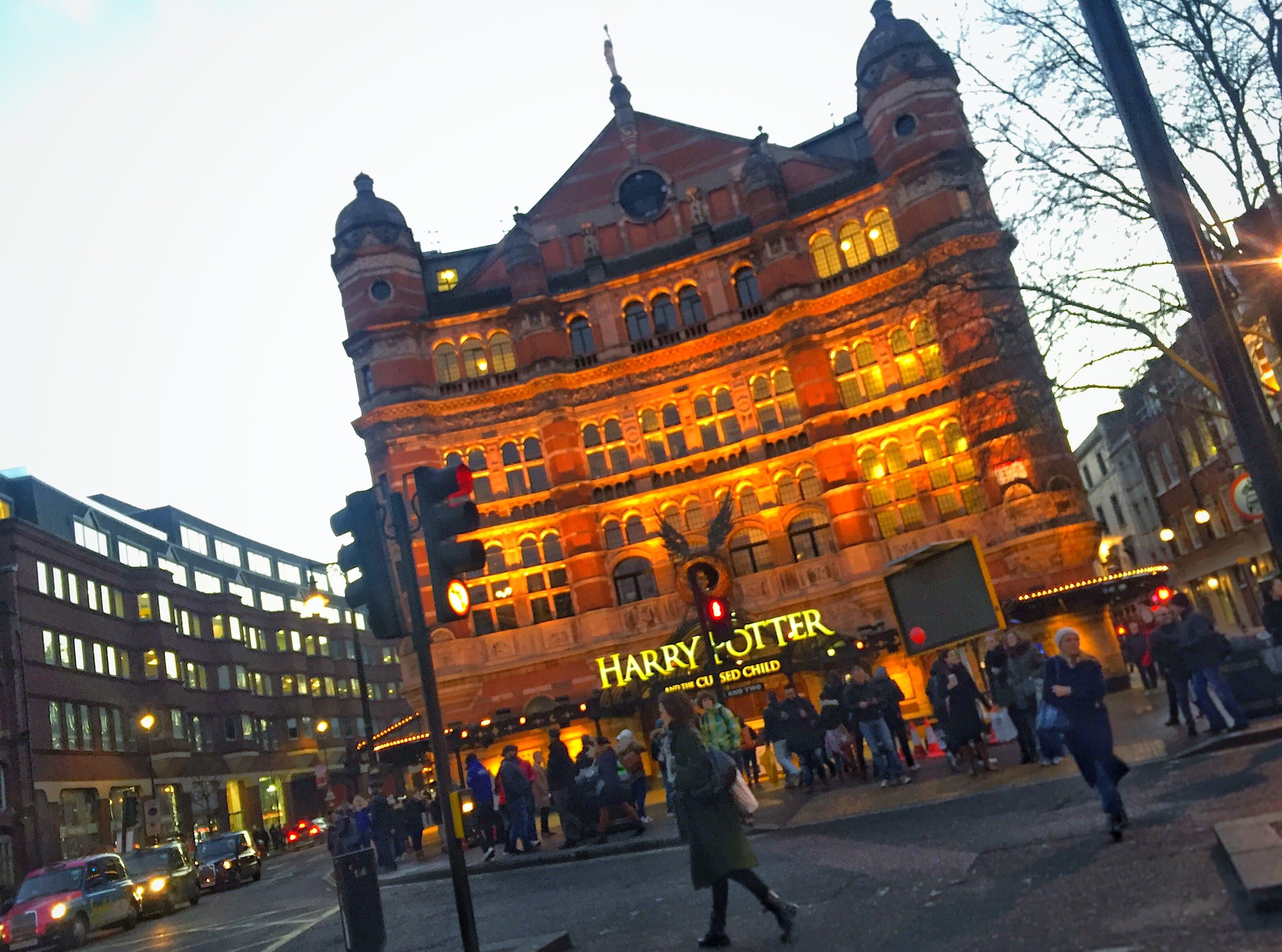 皇宮劇院(Palace Theatre)正在熱映舞台劇「哈利波特:被詛咒的孩子(Harry Potter and the Cursed Child)」。
