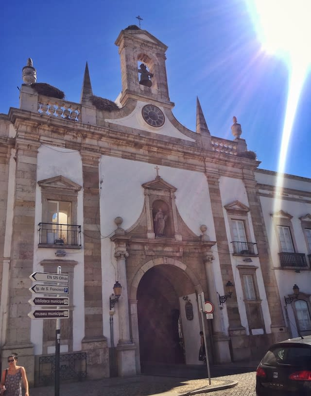穿過城門Arco da Vila,通往老城Cidade velha Faro。Photographer | Serina Su