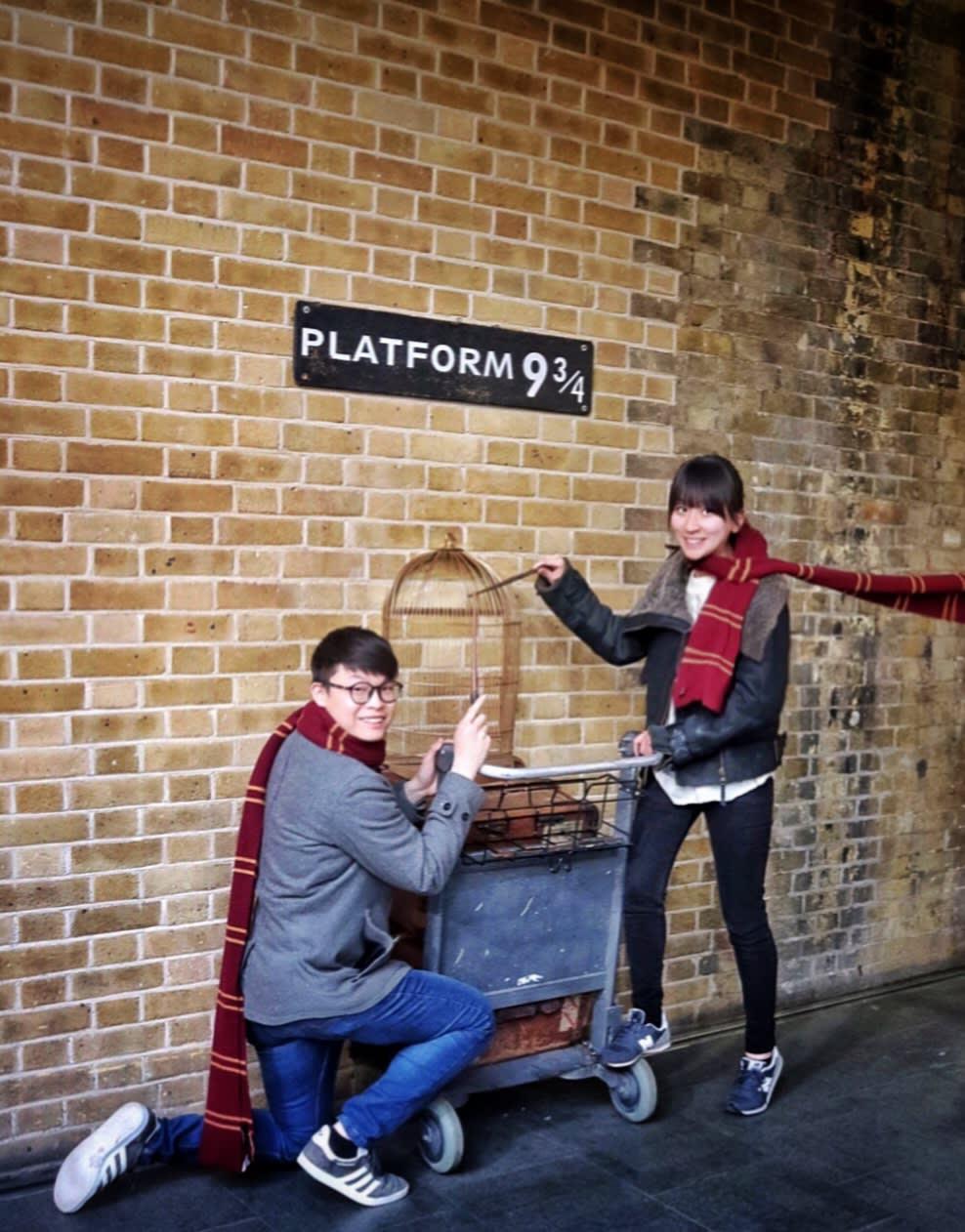 為電影而陳設的虛擬9 ¾月台。搭上霍格華茲特快列車,就能通往魔法學校。