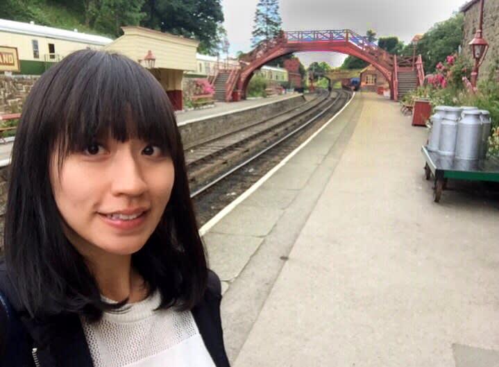 等待火車進站中。