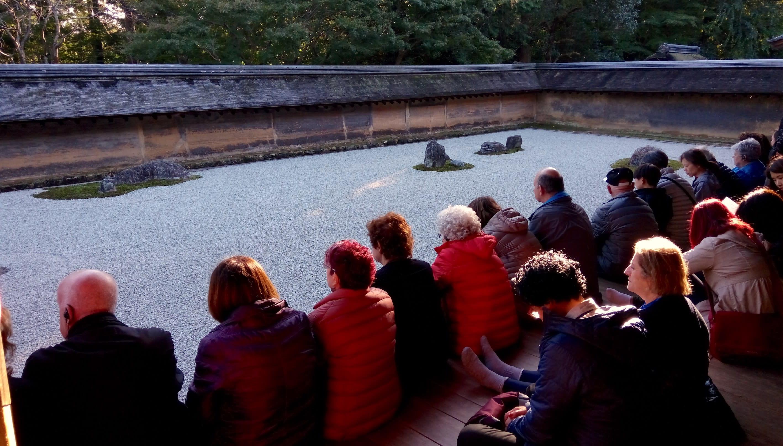 歐美人安靜的看著枯山水