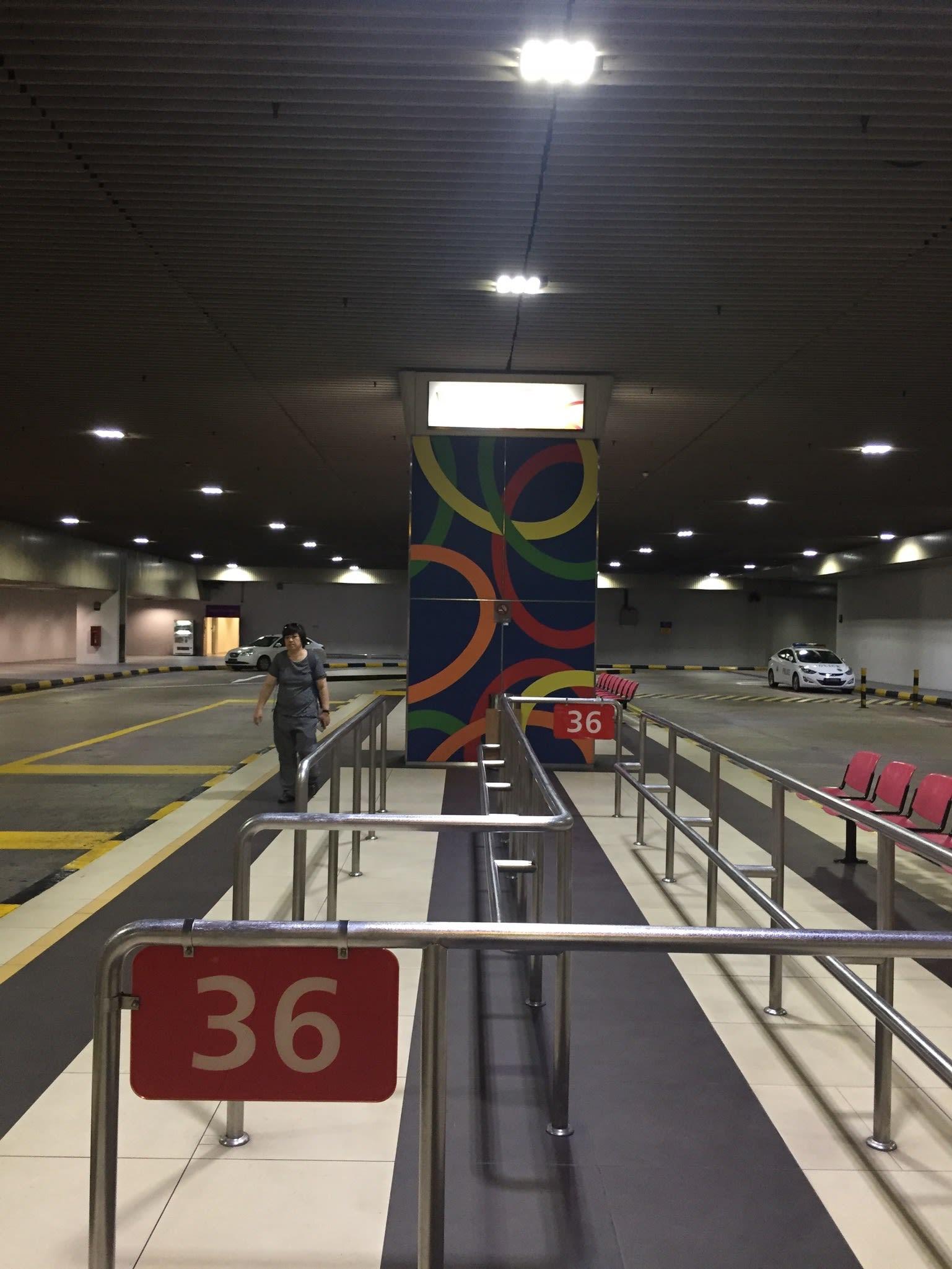 地 下 室 巴 士 終 點 站 。