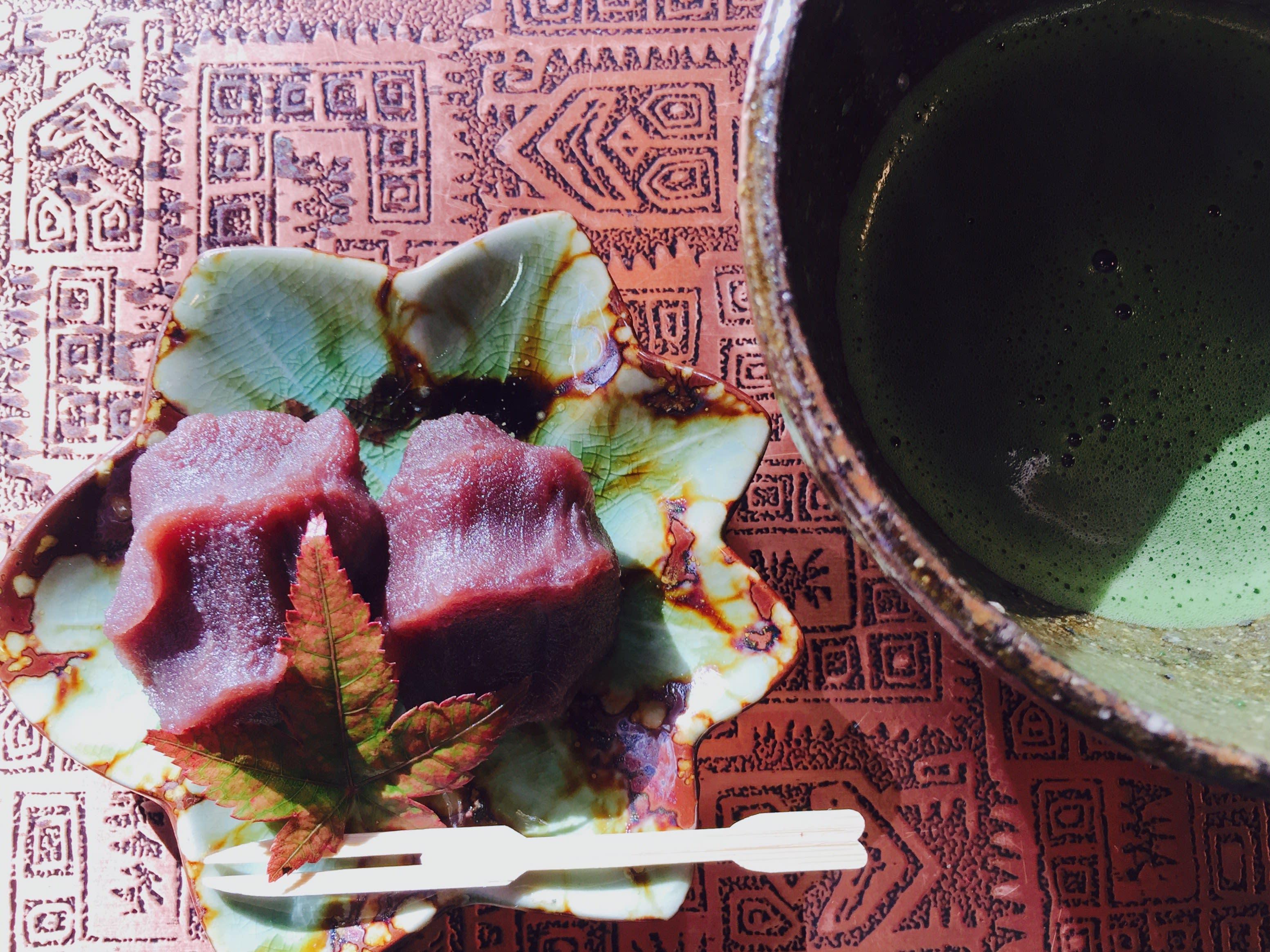 甜 滋 滋 的 紅 豆 泥 配 上 一 碗 回 甘 的 抹 茶 。
