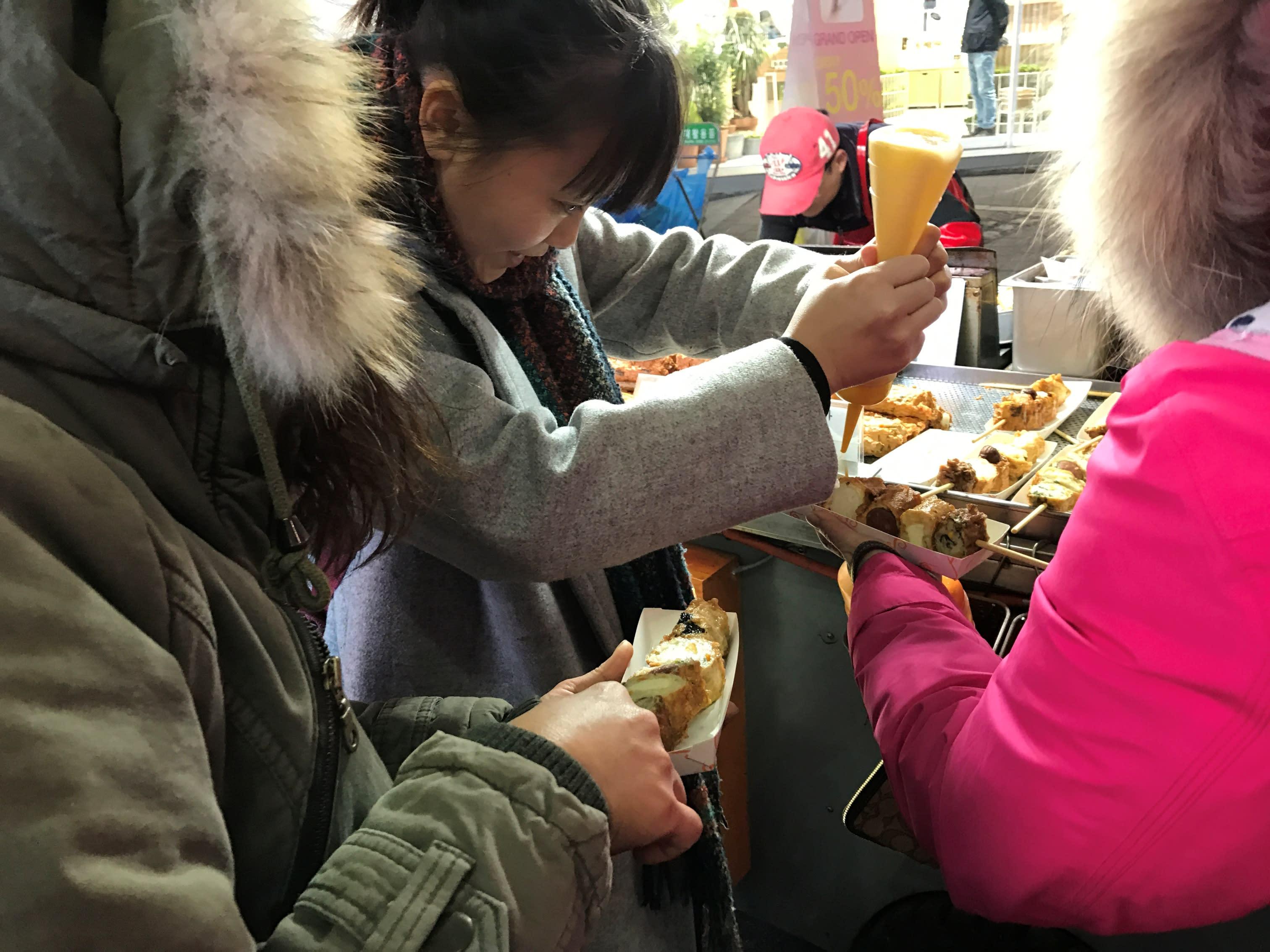 在路邊攤自己動手擠上喜歡的醬汁~也是吃路邊攤必體驗的小事