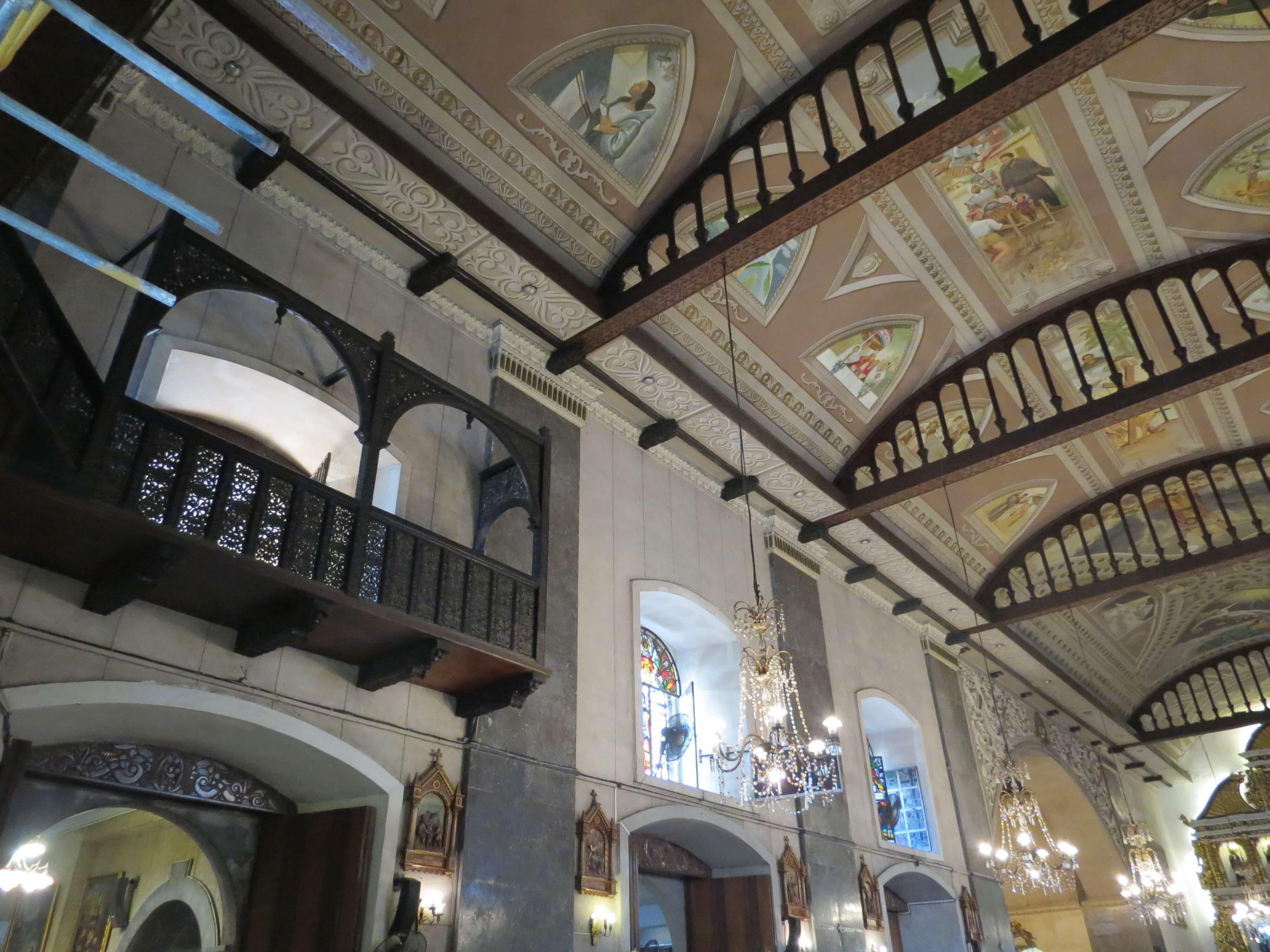 內部十分美麗,有許多玻璃彩繪、精緻壁畫。|Many beautiful paintings inside.