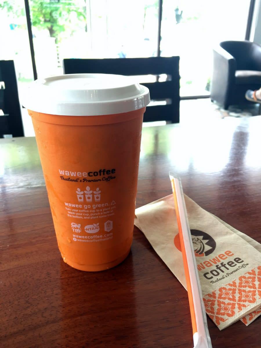 它招牌橘紅色杯子上寫著Turn your coffee cup to a plant pot. Wash your cup, punch a hole at the bottom, and plant some trees. 大意就是,帶回去, 在我精美的杯裡種一棵生命,這樣美麗的意義! 它變成我最珍視的旅行紀念品!Pic/Facebook@TraveLinArt2017