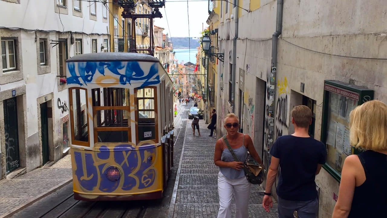 在葡萄牙自駕旅行不難,但在人潮擁擠的里斯本,建議搭乘大眾運輸交通工具就好。Photographer | Serina Su