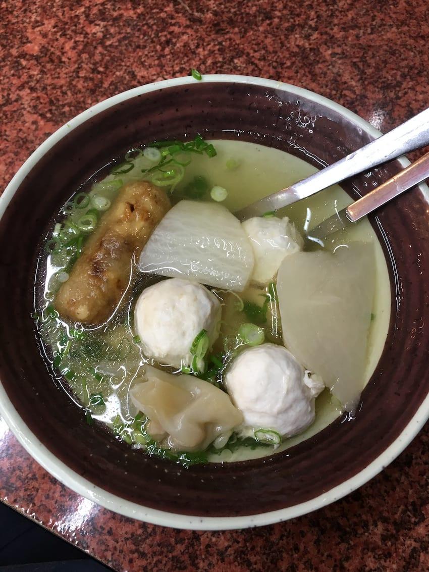 綜 合 湯 : 裡 面 有 餛 飩 、 旗 魚 丸 、 菜 頭 、 雞 捲 , 相 當 豐 富 。