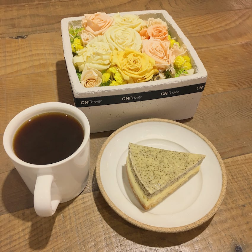 美 式 咖 啡 與 伯 爵 茶 起 司 蛋 糕 , 茶 味 與 起 司 的 結 合 , 甜 而 不 膩 。