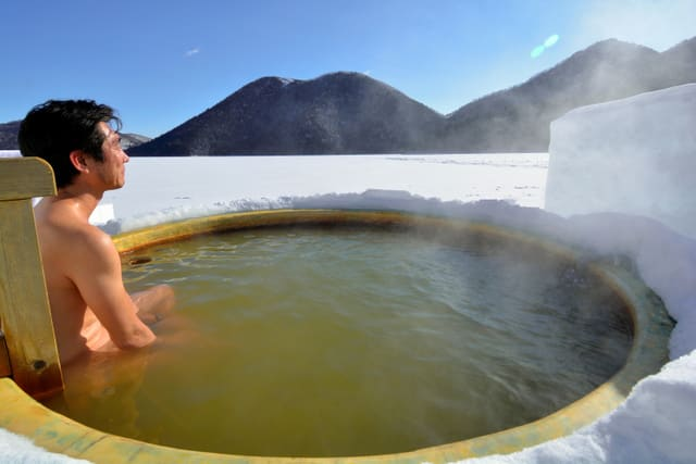 """在 零 下 1 0 度 的 氣 溫 中 泡 上 暖 呼 呼 的 溫 泉( 圖片來源:<a href=""""http://goo.gl/TPgdtF"""">goo.gl/TPgdtF</a> )"""